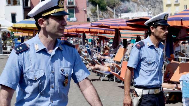 Agenti della polizia municipale di pattuglia in spiaggia