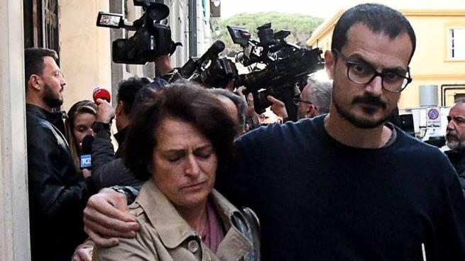 Fausta Bonino esce dal tribunale insieme al figlio (foto Simone Lanari)