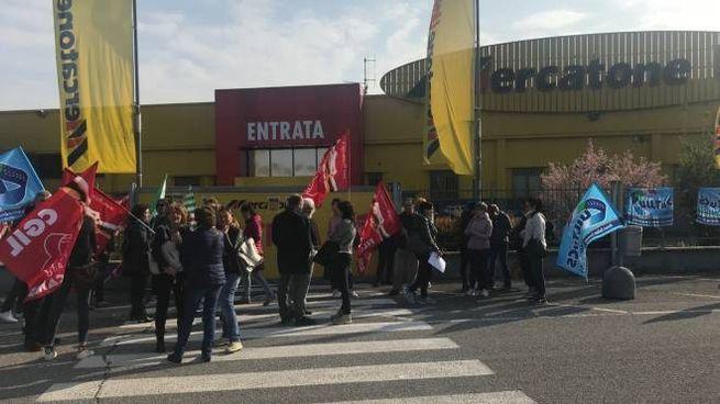 Protesta dei lavoratori alla Mercatone Uno di Madigano