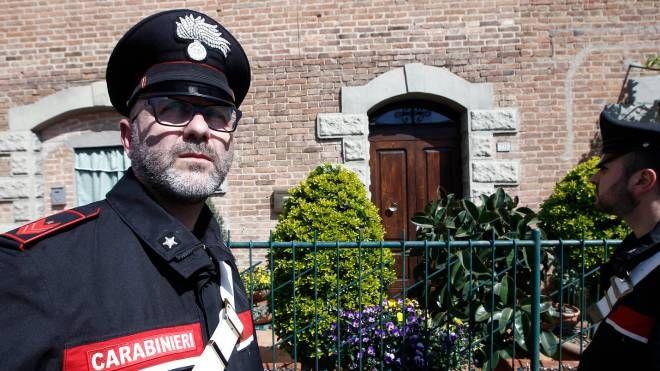 I carabinieri sul luogo del delitto (foto Paolo Lazzeroni)