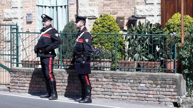 I carabinieri sul luogo del deltito (foto Paolo Lazzeroni)