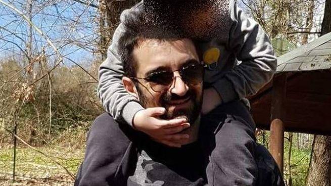 Andrea, 33 anni, imprenditore con il suo bambino
