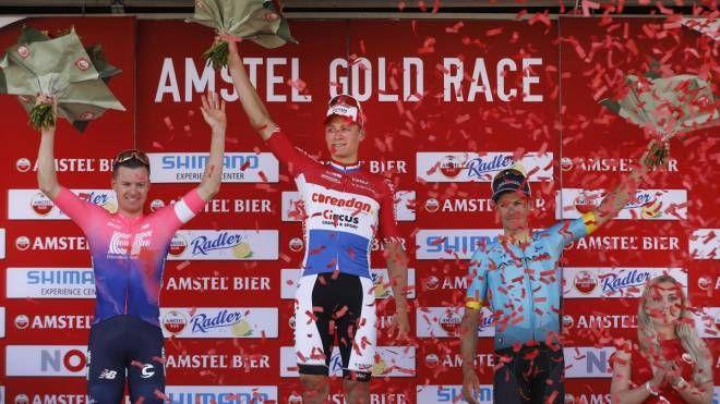 Mathieu van der Poel sul gradino più alto dell'Amstel (Ansa)