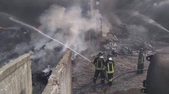 L'incendio alla Valcart di Rogno ormai spento