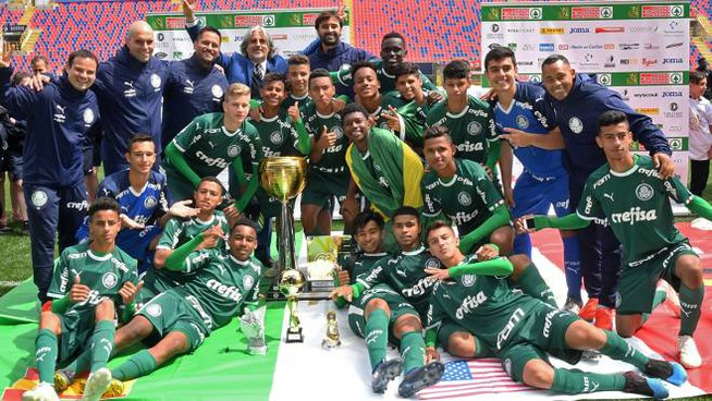 Il Palmeiras con la coppa di We Love Football