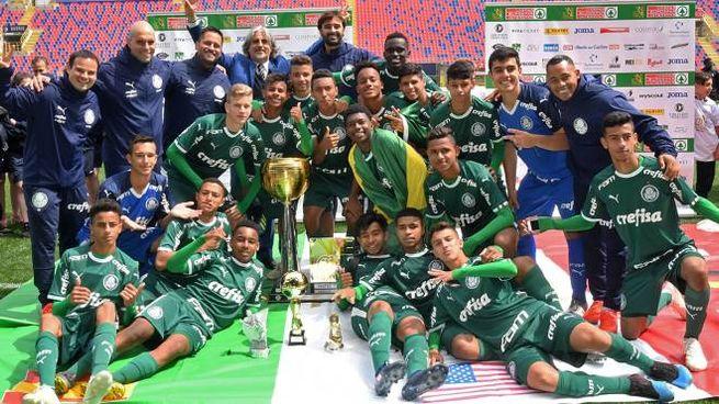 Il Palmeiras con la coppa di We Love Football