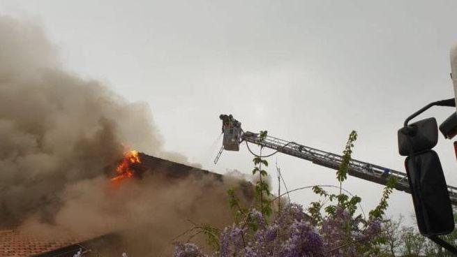 Incendio a San Benedetto val di Sambro, fiamme in una villa