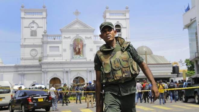 La polizia circonda la chiesa di St. Anthony (Ansa)