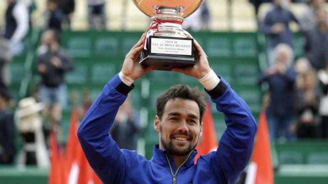 Fabio Fognini solleva il trofeo di Montecarlo (Ansa)