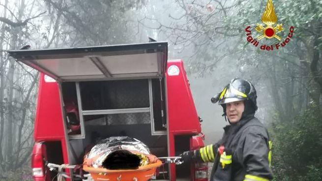 Il ciclista soccorso dai vigli del fuoco (foto Vigili del Fuoco)
