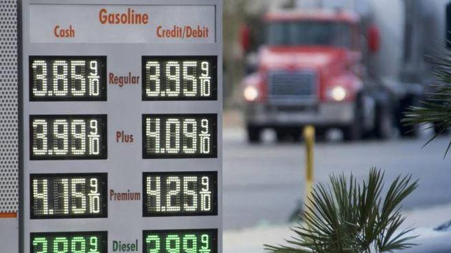 Trump ferma il petrolio dall'Iran, vola il prezzo del barile (Ansa)