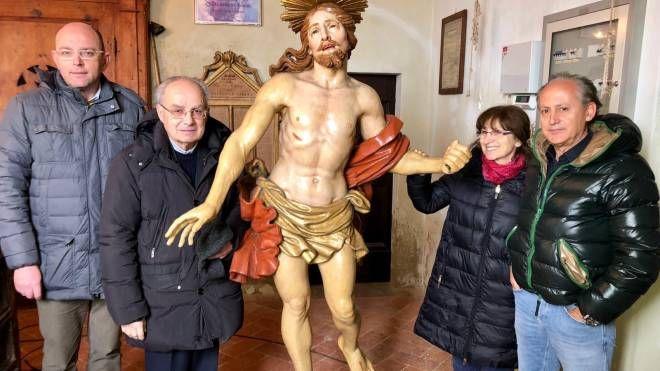 I fedeli intorno alla statua del Volo
