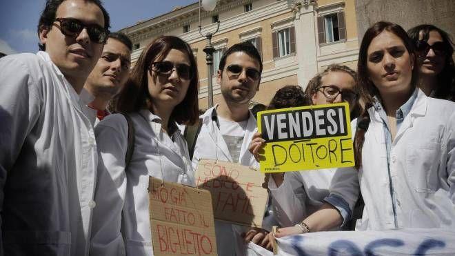 Una protesta di giovani medici per le difficoltà di accesso alle specializzazioni (Ansa)