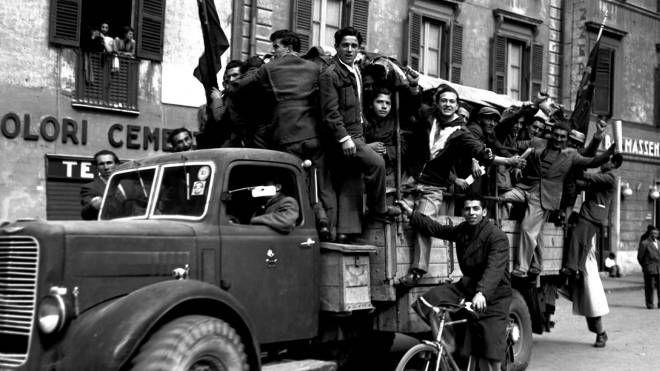 Partigiani nelle strade di Roma (Ansa)