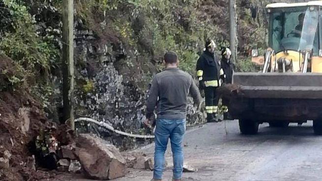 Vigili del fuoco e operai al lavoro per rimuovere i detriti sulla provinciale