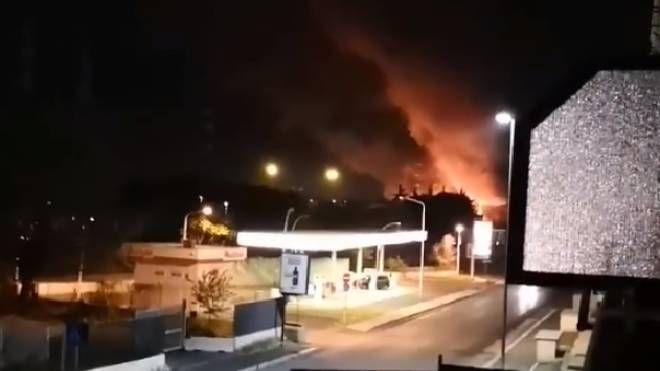Roma, fiamme nella discarica abusiva in zona Collatina