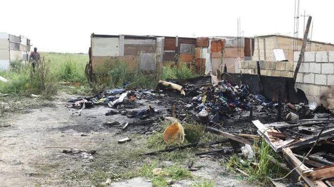 Foggia, la baracca distrutta dalle fiamme (Ansa)