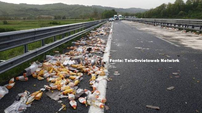 L'olio finito in autostrada (TeleOrvietoweb Network)