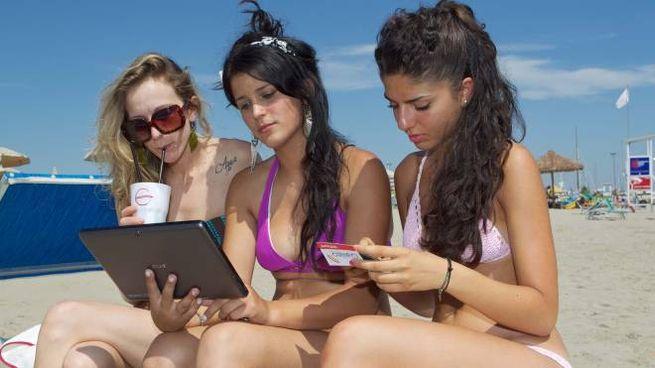 Fano, internet gratis sulla spiaggia (foto di repertorio Zani)