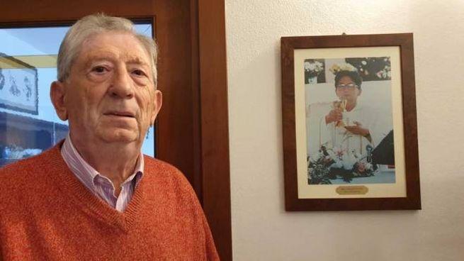 Guido Govoni, alle spalle una immagine del fratello don Giorgio