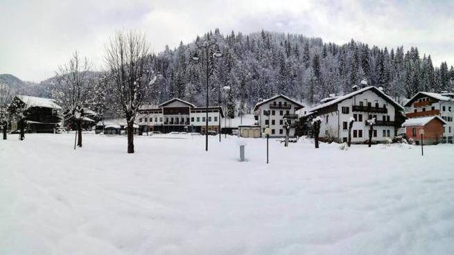 La neve a Falcade il 29 aprile (foto Ansa)