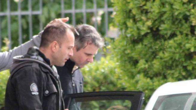 Stefano Castellari, con la testa insanguinata, con un poliziotto