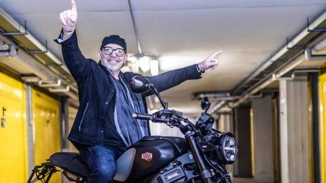 Vasco Rossi sfreccia con la moto fatta su misura a Rimini