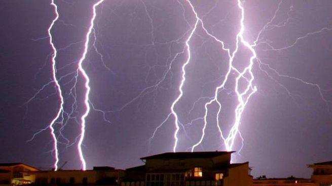 Meteo, previsti temporali il primo maggio. Ulteriore peggioramento da venerdì (foto Ansa)