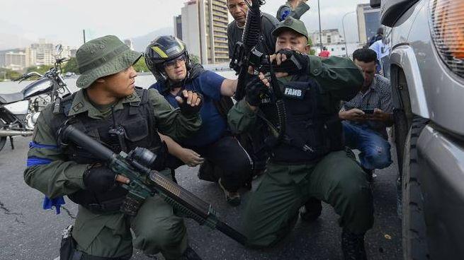 Militari venezuelani che appoggiano Guaidò (Lapresse)