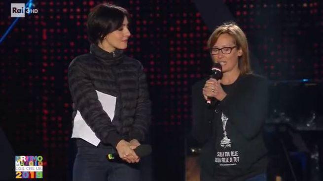Ilaria Cucchi e Ambra sul palco del 'Concertone' (Twitter @RaiTre)