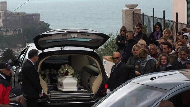 I funerali di Bianca Tonelli. L'arrivo del piccolo feretro bianco