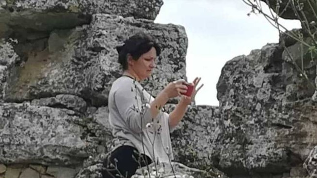 Una turista mentre scatta una foto dal colle etrusco