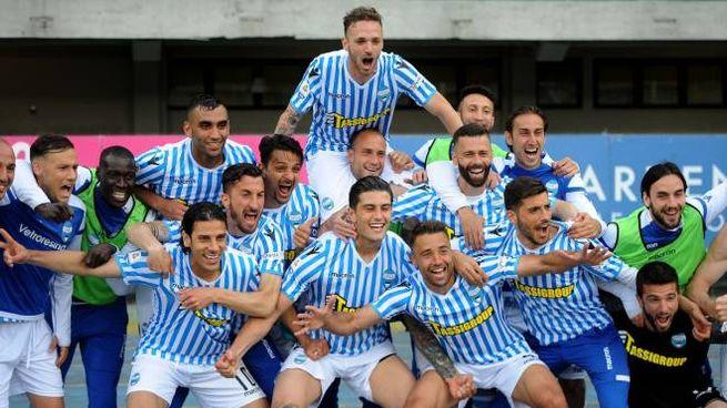 La Spal festeggia la salvezza dopo la vittoria contro il Chievo (Foto Businesspress)