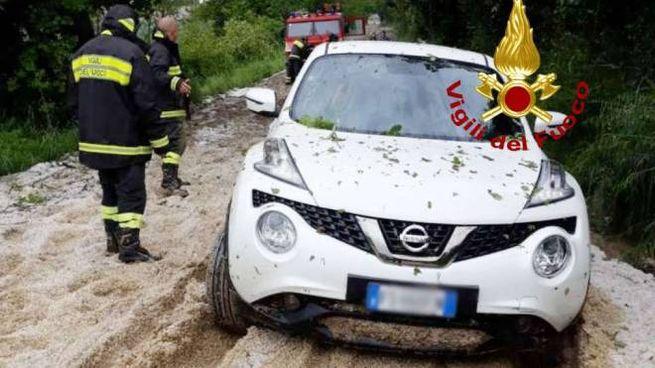 Grandine e fango in provincia di Ancona, l'auto resta bloccata