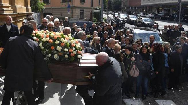 Carlo Mantellini funerale, in centinaia a Bologna per l