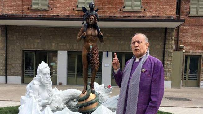 Vergato, Ontani davanti alla sua statua (Ansa)