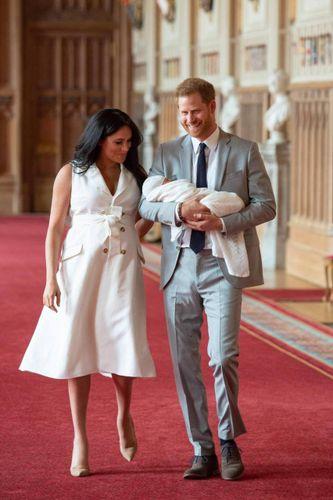 Royal baby, ecco le prime foto con Meghan Markle. Ed è già polemica