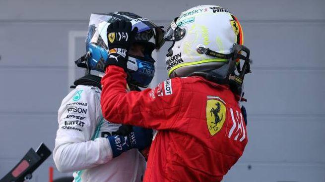 L'abbraccio Vettel-Bottas a Baku (LaPresse)