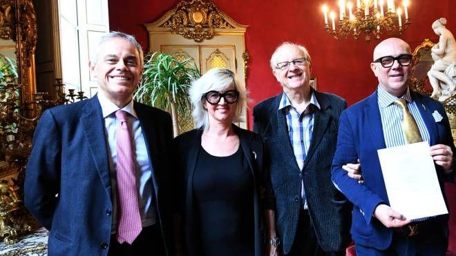 Giancarlo Tonelli di Ascom, i titolari Elisabetta Valenti e Michele Pettinicchio e Giancarlo Roversi