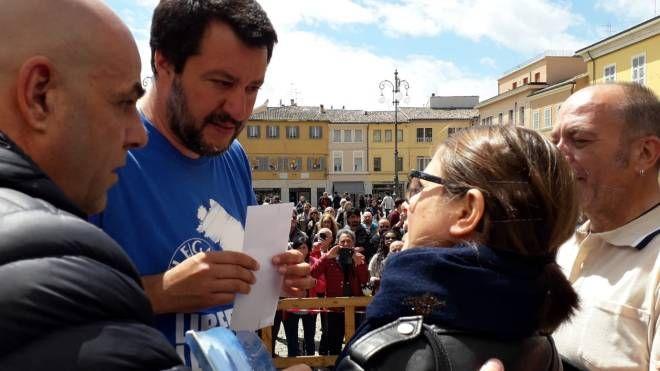 Fano, Eda Ndreu consegna la documentazione a Matteo Salvini