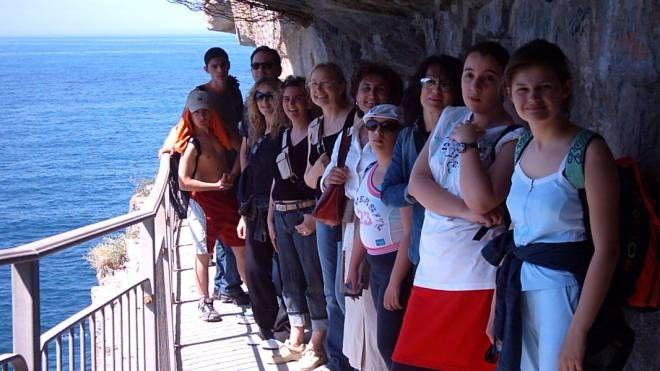 Turisti si fanno immortalare nella classica foto di gruppo lungo la passeggiata della Via dell'Amore