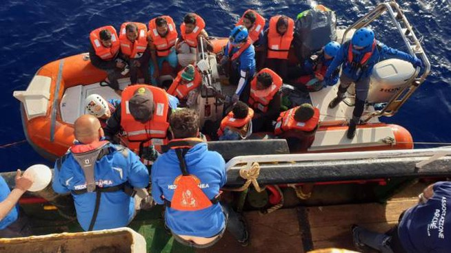 Migranti, il salvataggio da parte della Mare Jonio (Ansa)