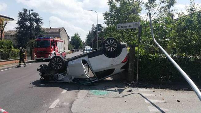 L'auto ribaltata a Castelnovo Sotto