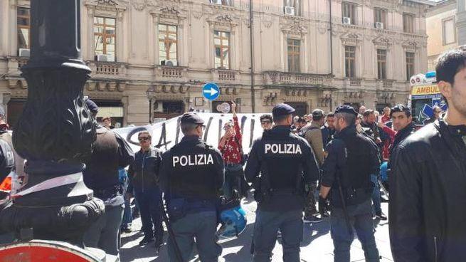 Catanzaro, contestatori durante il comizio del leader leghista Matteo Salvini (Ansa)