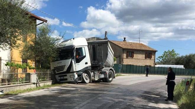 Il camion contro il muro di recinzione di una casa