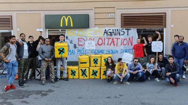 La protesta dei riders in piazza VIII Agosto