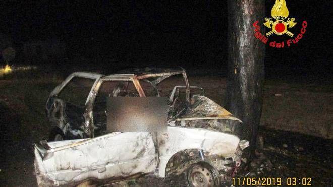 L'auto distrutta dalle fiamme