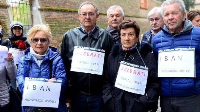 Un gruppo di risparmiatori Carife davanti alla Prefettura