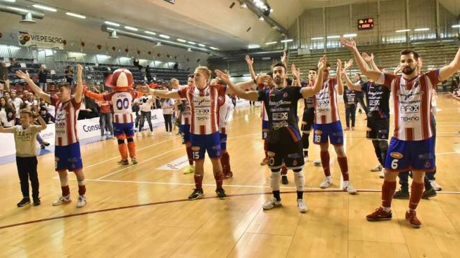 Italservice Pesaro, l'esultanza dei giocatori a fine partita (foto Filippo Baioni)