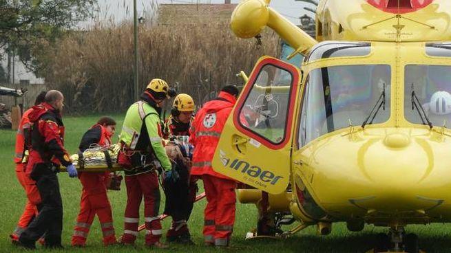 L'elicottero, atterrato a Retignano, ha trasferito il ferito più grave all'ospedale Cisanello di Pisa
